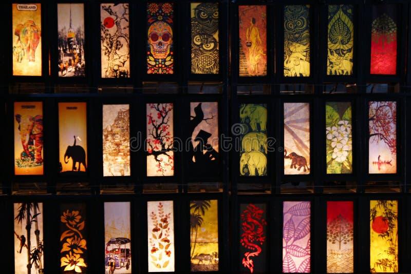Традиционные тайские покрашенные фонарики цвета от рисовой бумаги и древесины на рынке ночи стоковое изображение