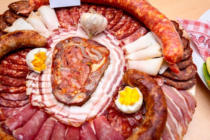 Традиционные сосиски аранжированы с различным копченым мясом для обзора на состязании еды стоковое фото rf