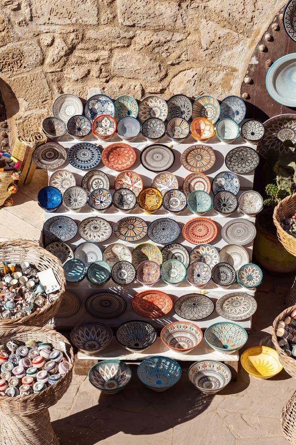 Традиционный морокканский рынок с сувенирами керамические handmade плиты стоковая фотография rf