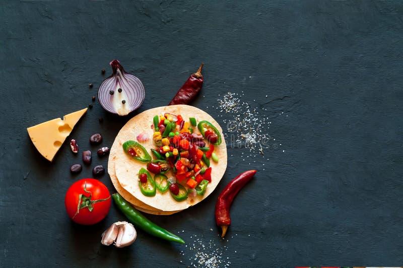 Традиционное блюдо мексиканской кухни Тако tortilla мозоли с завалкой овоща на голубой предпосылке стоковое изображение rf