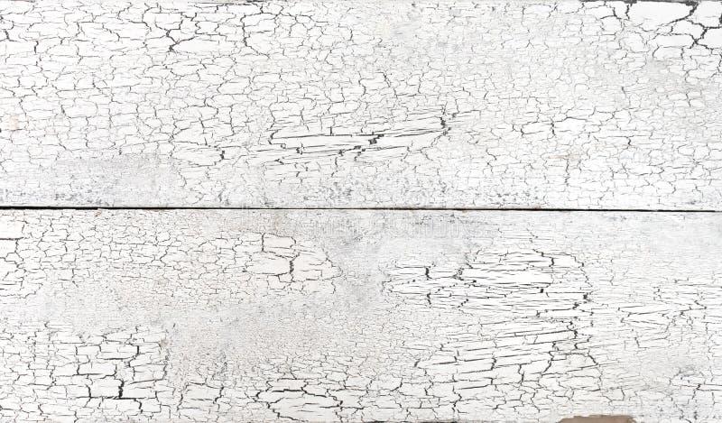 Треснутая старая белая краска на деревянном grunge предпосылки планок выдержала доска стоковое изображение