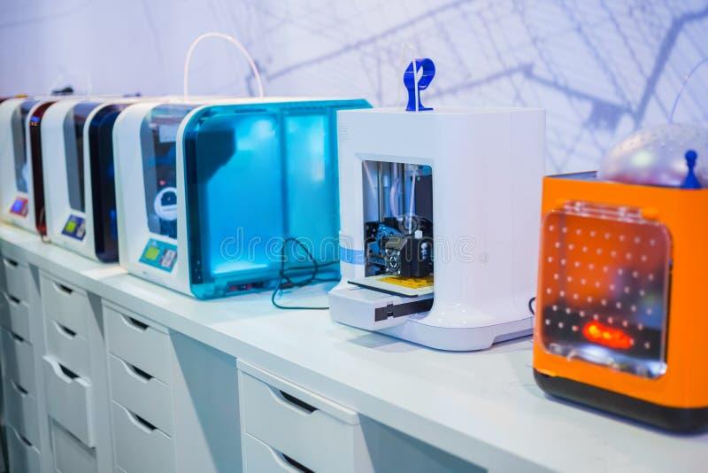Трехмерные принтеры 3D во время работы на современной выставке технологии стоковое фото rf