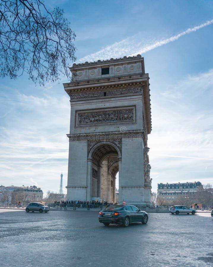 Триумфальная Арка на фото движения дневного времени Парижа вертикальном стоковая фотография