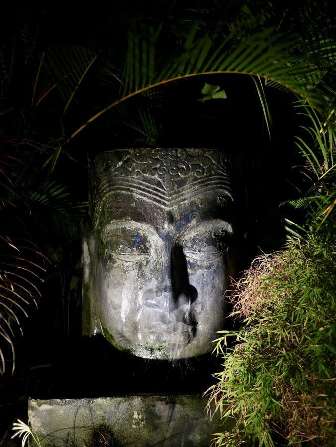 Тропическая азиатская статуя фонтана сада вечером стоковая фотография
