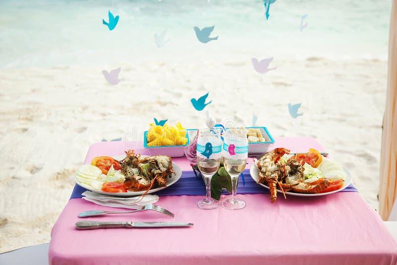 тропическое венчание таблица с продуктом моря стоковое фото