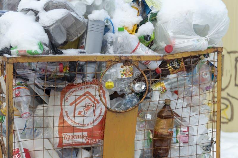 Толпить мусорный контейнер стоковая фотография rf