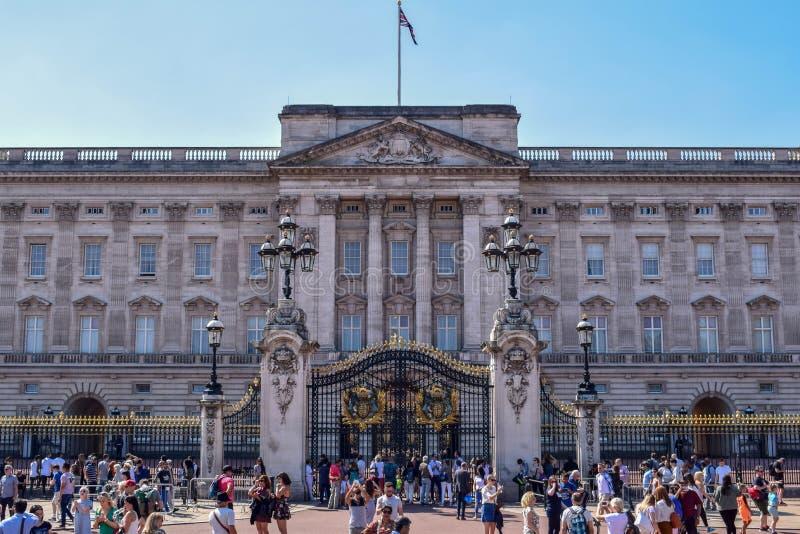 Толпить фасад Букингемского дворца в Лондоне на солнечный летний день стоковые изображения rf