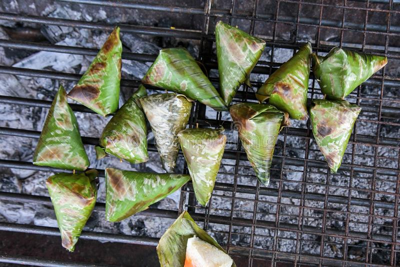 Тост липкого риса со сладким картофелем на плите угля стоковые изображения