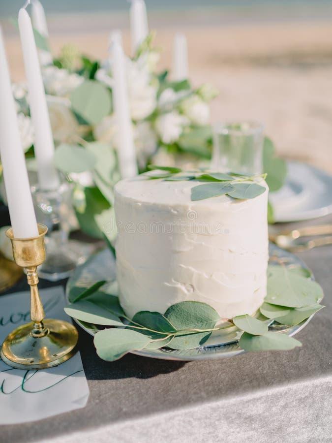 Торт свадьбы сладкий со сливками и листья эвкалипта для украшения Обедающий свадьбы стоковая фотография rf