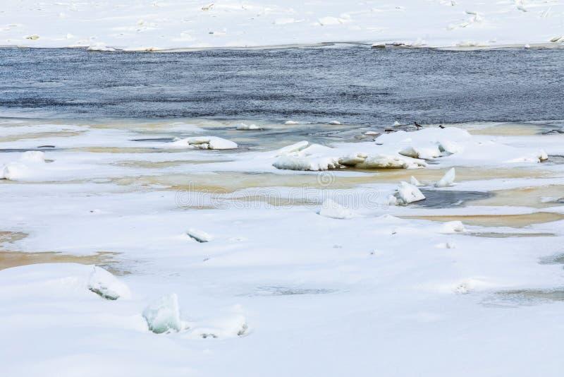 Торошения и дрейфующие льды на реке зимы стоковые фото