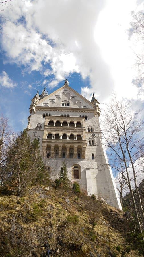 Фасад задней стороны замка с облачным небом стоковое фото