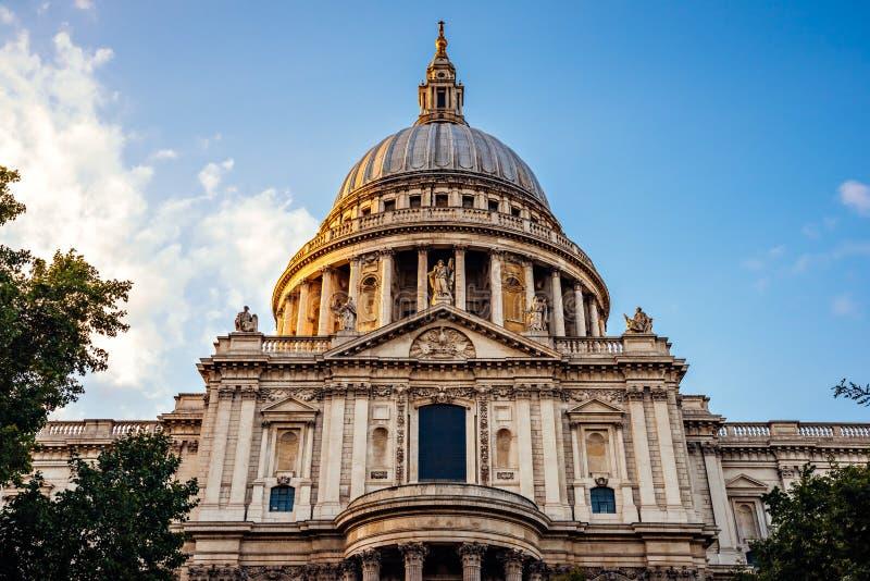 Фасад и купол собора St Paul стоковая фотография rf