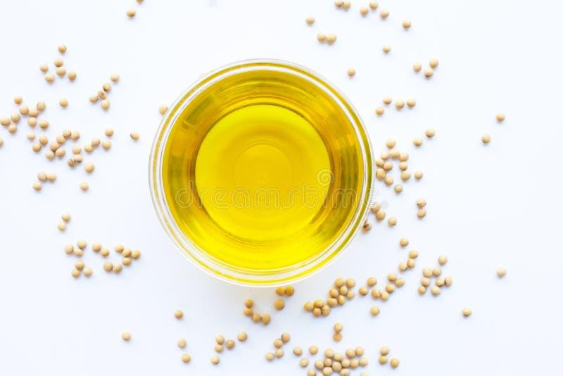 Фасоли и масло сои изолированные на белизне стоковые изображения