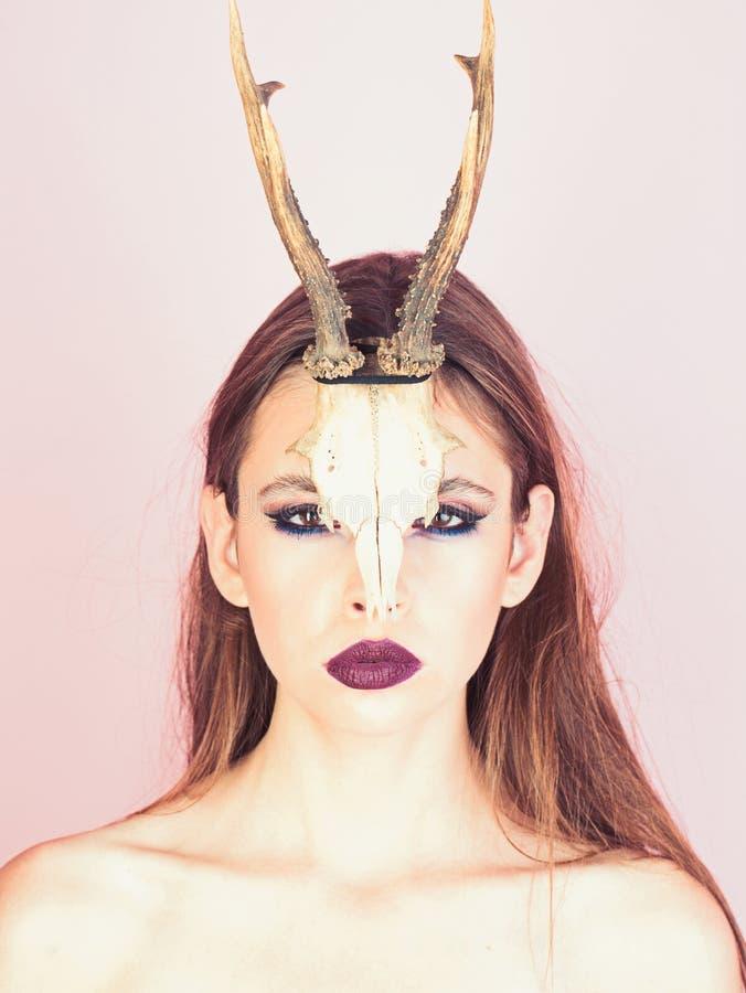 Фасонируйте дьявола мистической девушки шамана с рожками Женщина с составом и antlers Взгляд и косметики красоты для skincare стоковые фото