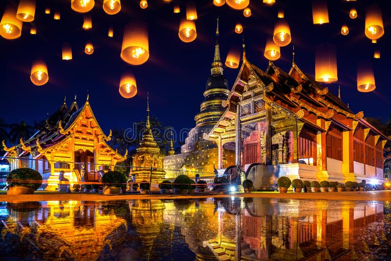 Фестиваль Yee peng и фонарики неба на виске Wat Phra Singh вечером в Чиангмае, Таиланде стоковая фотография rf