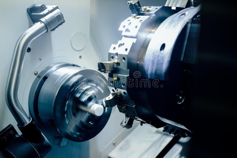 Филируя деталь на механическом инструменте автомата для резки металла на фабрике стоковое изображение