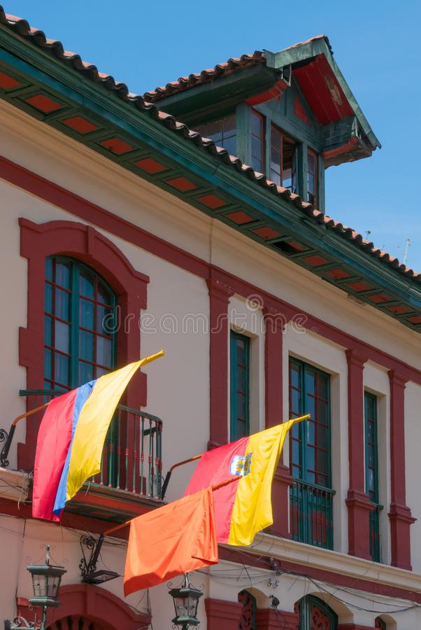 Флаги Богота Колумбии в фасаде колониального здания в историческом центре стоковые изображения