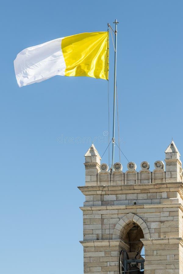 Флаг государства Ватикана над латинским семинаром & патриархата около ворот Яффы в старом городе Иерусалима, Израиля стоковое фото