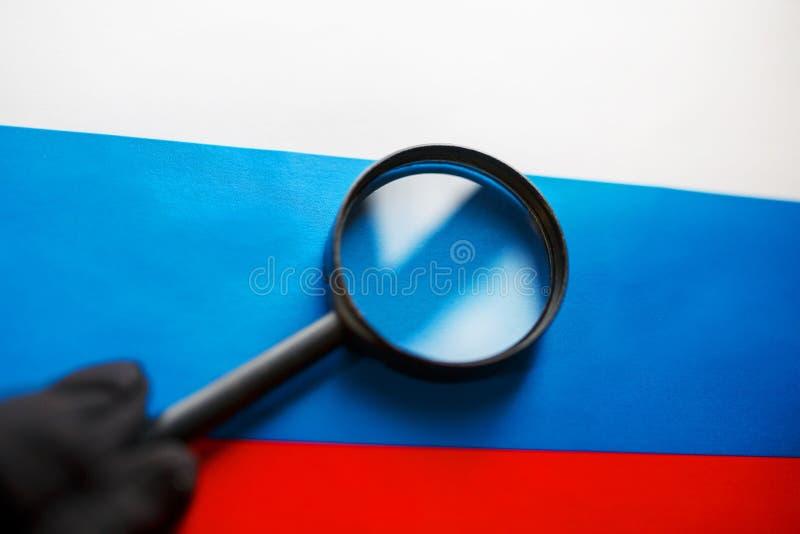 Флаг Российской Федерации смотрит через лупу Исследование истории и культуры людей большой стоковые фото