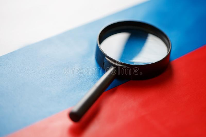 Флаг Российской Федерации смотрит через лупу Исследование истории и культуры людей большой стоковые изображения