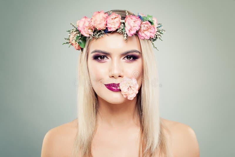Флористический портрет цветения красивой женщины с идеальным макияжем и цветками стоковое фото