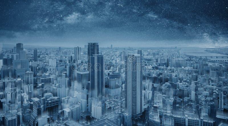 Футуристический голубой умный город вечером, звездное небо Умная предпосылка города и технологии стоковые изображения rf