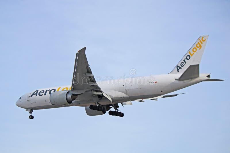 Фрахтовщик груза AeroLogic Боинга 777F стоковые изображения