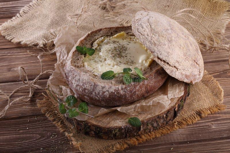 Фондю в хлебе камамбера стоковое изображение rf