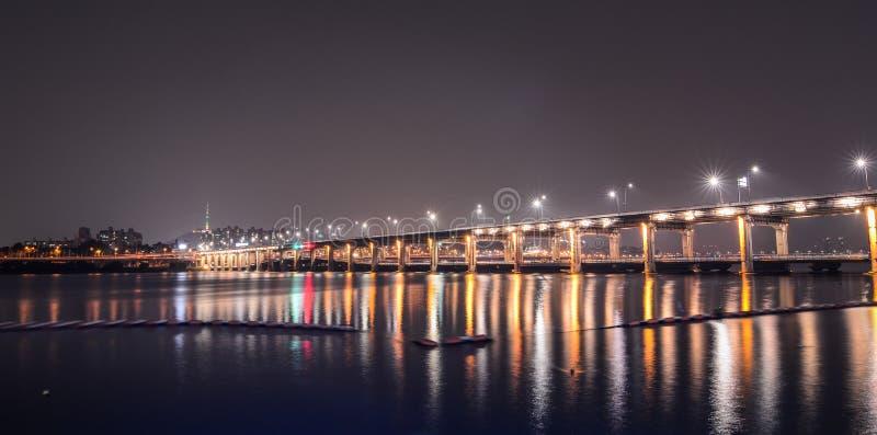 Фонтан радуги моста Banpo стоковая фотография rf