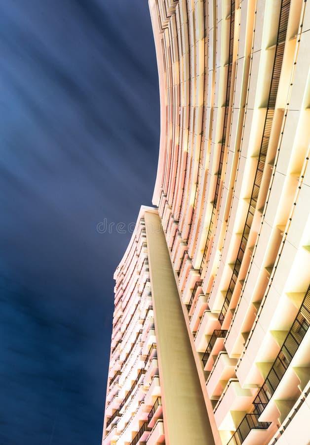Фотоснимок долгой выдержки смотря вверх на здании с долгой выдержкой облаков стоковое изображение rf