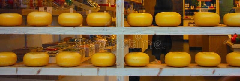 Формы голландского сыра на шоу в окнах магазинов Амстердама туристских enogastronomic продукт типичный Нидерланд стоковое фото
