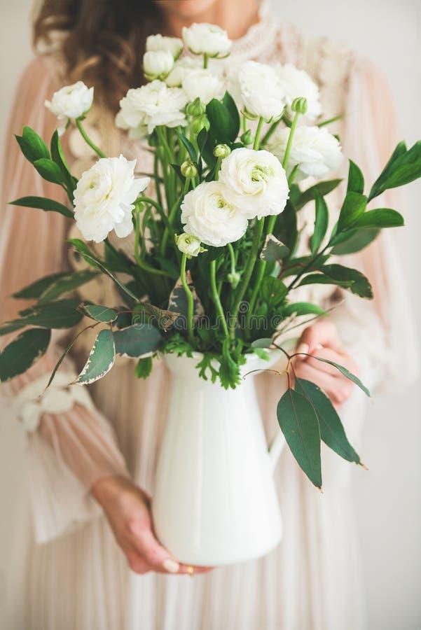 Цветки лютика весны белые в руках женщины в платье стоковые изображения