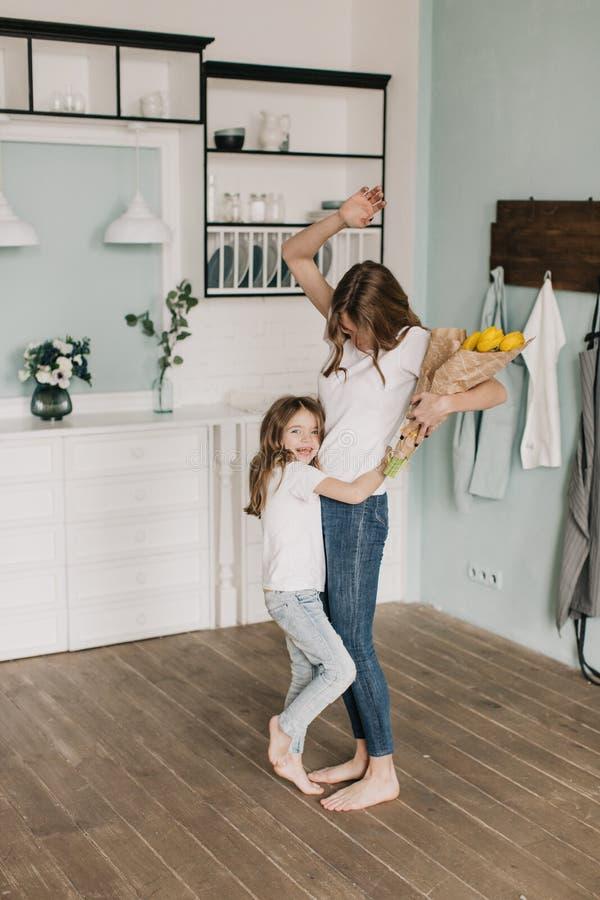 Цветки маленькой девочки присутствующие ее мать 8-ого марта стоковое изображение rf