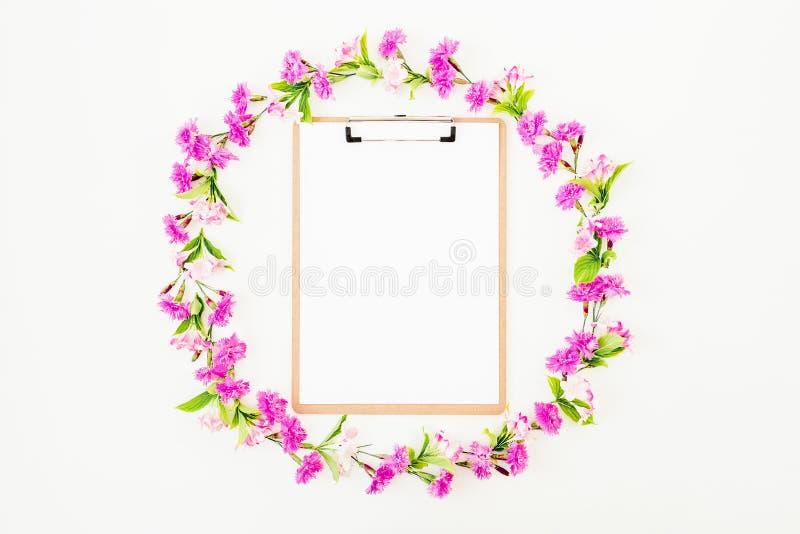 Цветочный узор с розовыми цветками на белой предпосылке Плоское положение, взгляд сверху Цветет концепция стоковые изображения