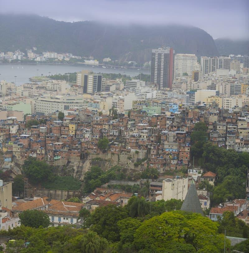 Центр города и favela Рио-де-Жанейро стоковые фотографии rf