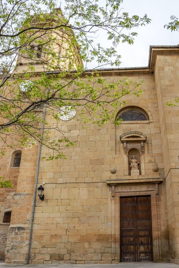 Церковь San Pedro в Maneru, Наварре, Испании, частично взгляде стоковая фотография