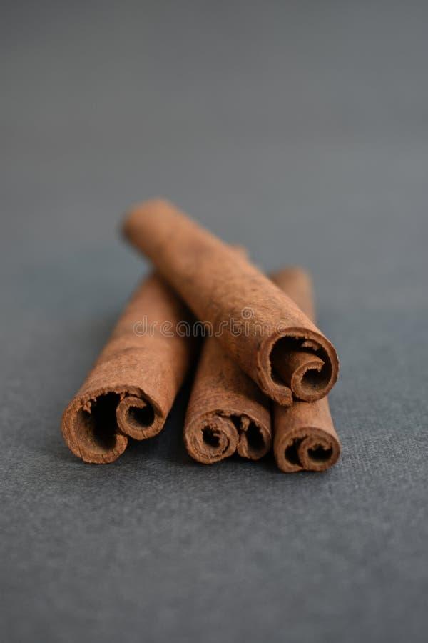 циннамон вставляет коричневый цвет макроса ингредиента ароматности стоковые фото
