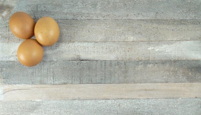 Цыпленок Брауна на естественной деревянной предпосылке стоковое фото rf