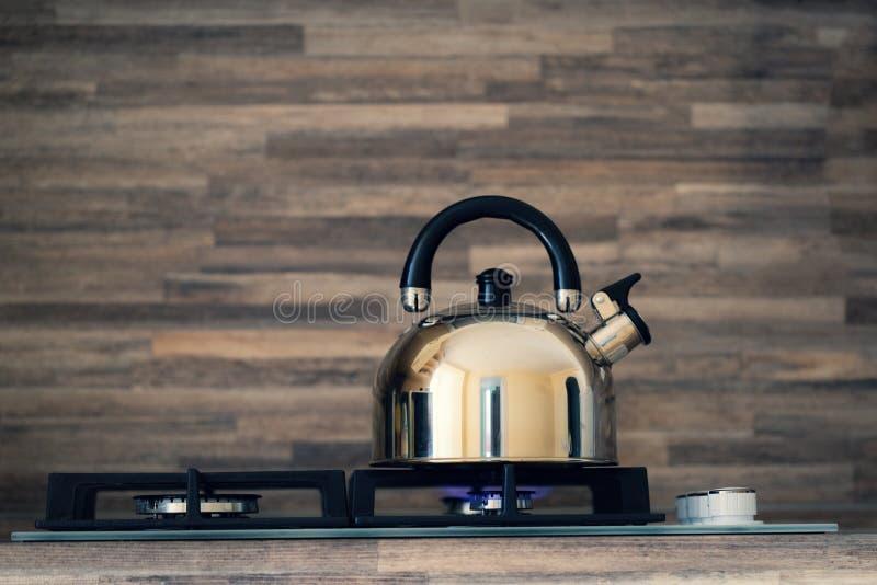 Чайник на ожоге пламени газовой плиты не кипя чайник на плитае стоковые фото
