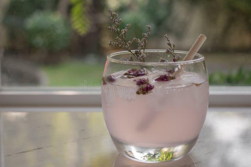 Чай с розовыми лепестками цветка стоковое фото rf