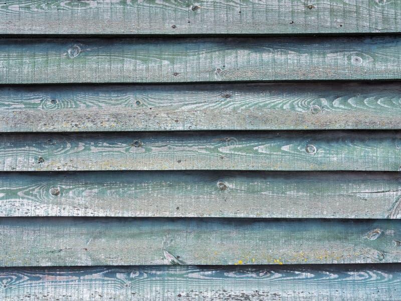 Часть зеленой стены на деревянном амбаре с горизонтальными планками стоковое фото rf