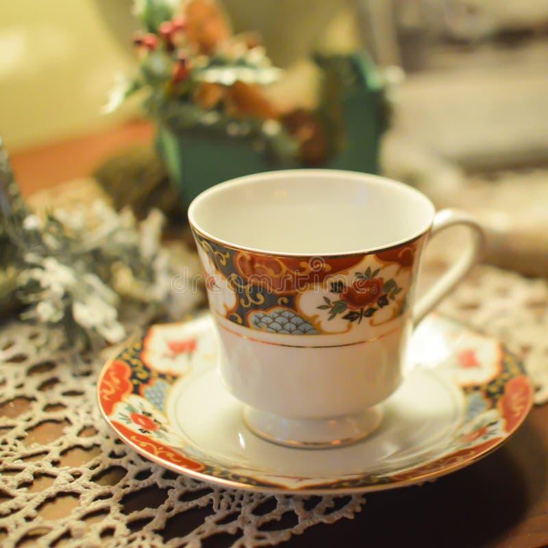 Чашка и поддонник чая Китая на Doily стоковые фотографии rf