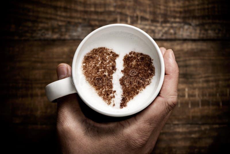 Чашка капучино с разбитым сердцем стоковое изображение rf