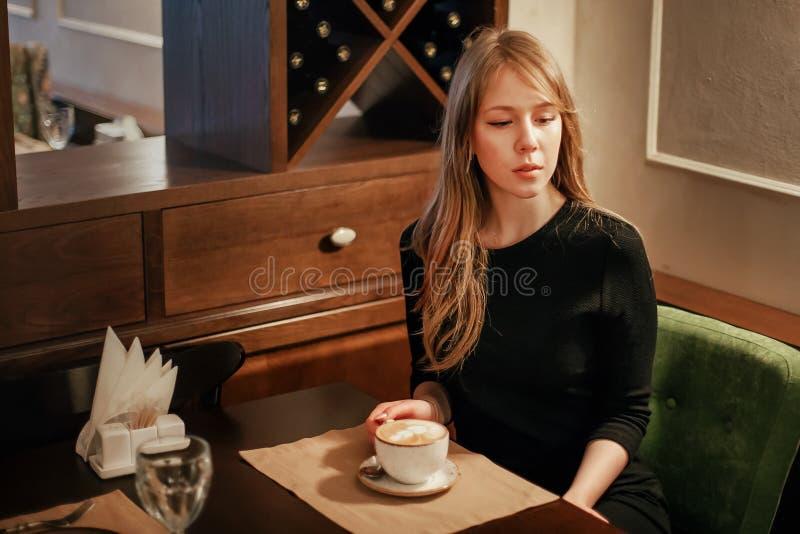 чашка кофе вполне счастливая те I если изображение благодарит использовано, то где женщина а вы молодые стоковая фотография