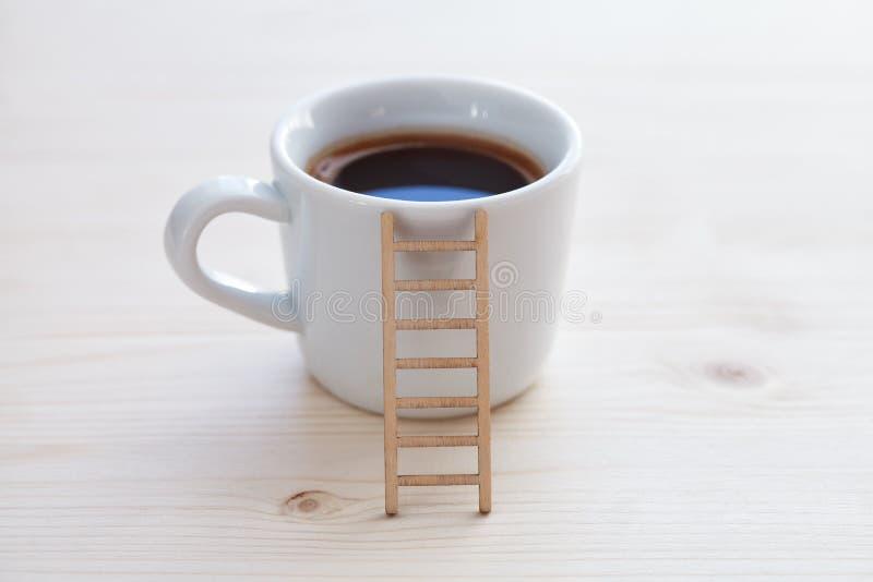 Чашка кофе и деревянная лестница стоковое фото