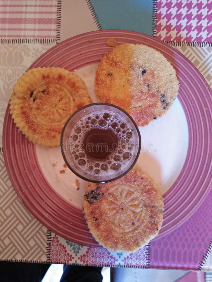 Чашка морокканских чая и торта стоковые изображения