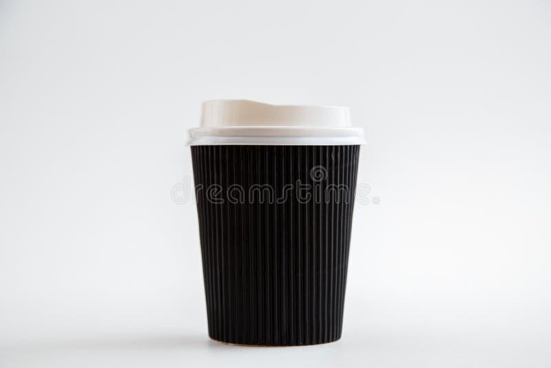 Чашки картона устранимые изолированные на белой предпосылке Вид спереди стоковое фото rf