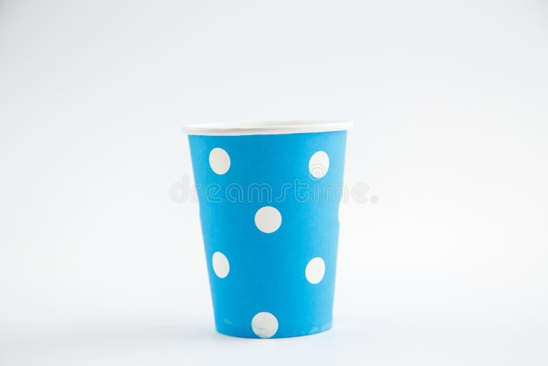 Чашки картона устранимые изолированные на белой предпосылке Вид спереди стоковое фото
