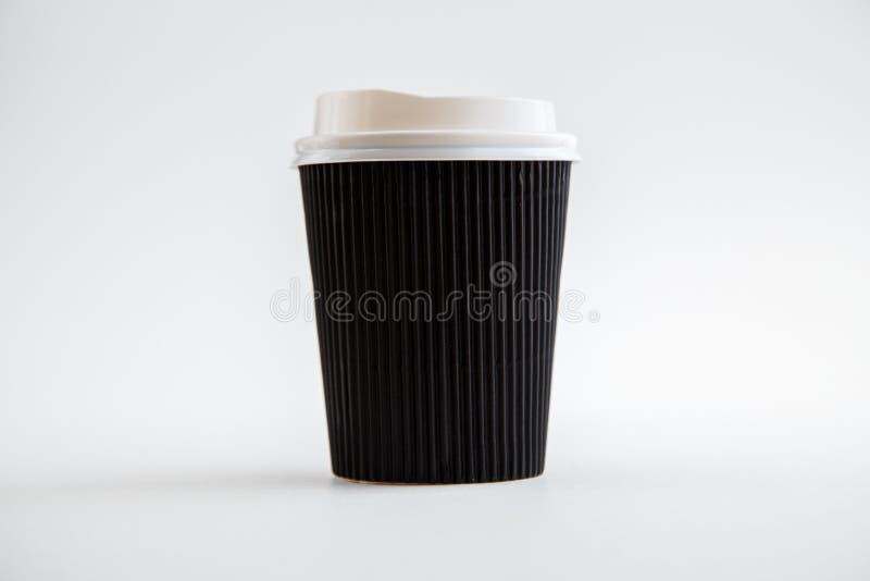 Чашки картона устранимые изолированные на белой предпосылке Вид спереди стоковые изображения