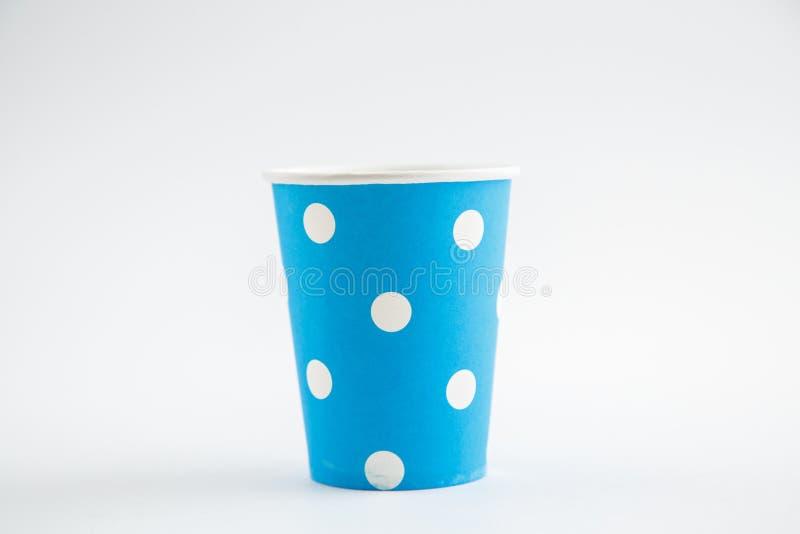 Чашки картона устранимые изолированные на белой предпосылке Вид спереди стоковые фото